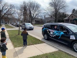 День рождения: автомобильный парад - дома безопаснее